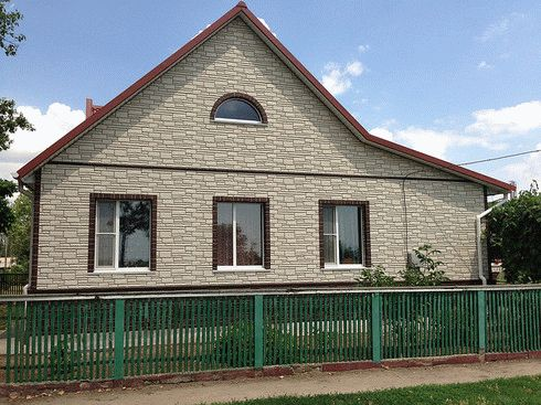 Отделка фасада частного дома панелями под кирпич и особенности